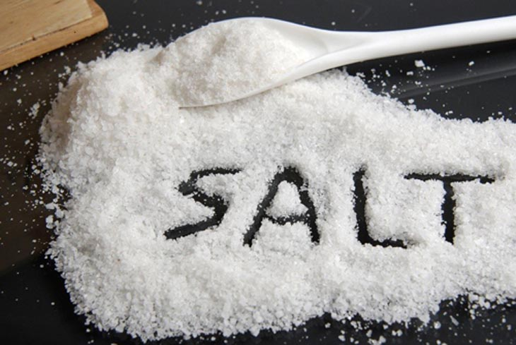 Muối có nhiều công dụng tốt cho người bệnh viêm nang lông