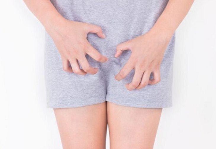 Viêm âm đạo sau sinh gây ra triệu chứng ngứa ngáy, nóng rát ở vùng kín