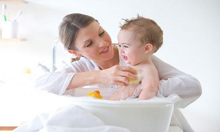 Viêm âm đạo không đặc hiệu thì không cần điều trị, chỉ cần vệ sinh sạch sẽ cho bé hàng ngày