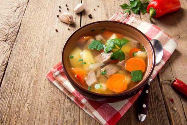 Nấu thịt bò cùng rau củ tươi để tăng cường sức khỏe cho người bị viêm amidan