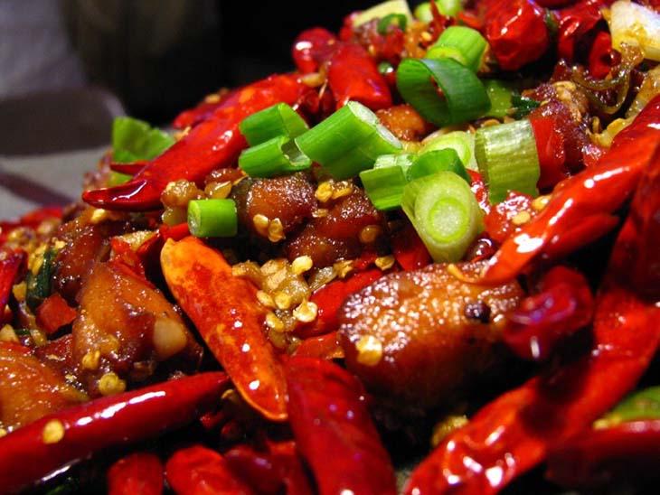 Đồ ăn cay nóng không tốt cho người bị viêm amidan