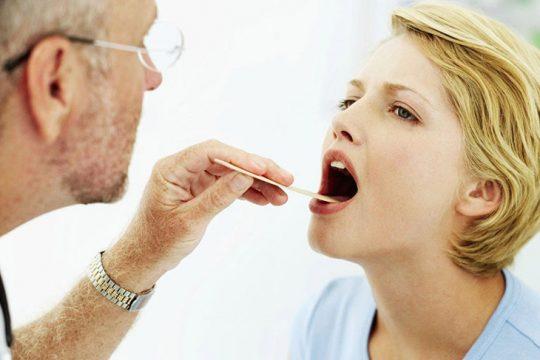 Viêm amidan hốc mủ có nên cắt không là câu hỏi của nhiều bệnh nhân