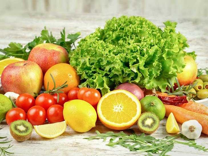 Ăn nhiều rau xanh và hoa quả tươi để cung cấp đủ dưỡng chất cho cơ thể khỏe mạnh