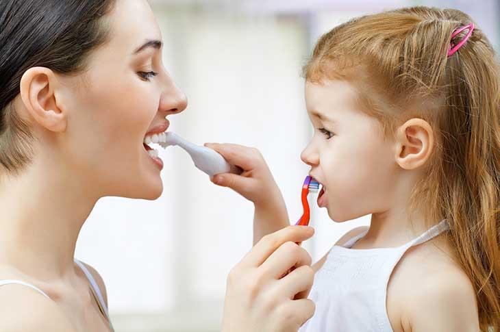 Chú ý vệ sinh răng miệng để không cho vi khuẩn có cơ hội phát triển để chữa trị viêm amidan hốc mủ