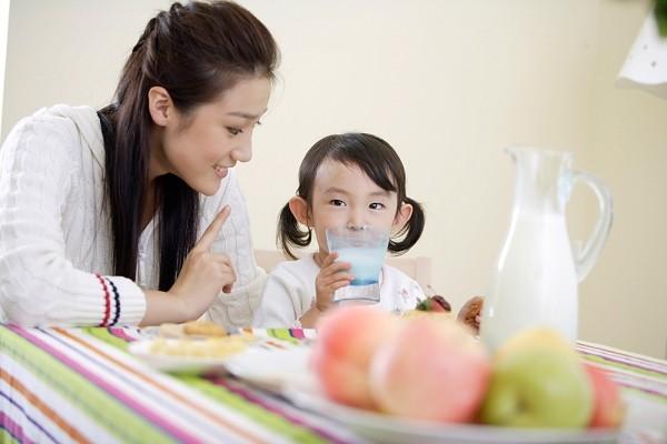 Bổ sung các loại nước ép trái cây, thực phẩm lỏng khi trẻ bị viêm amidan