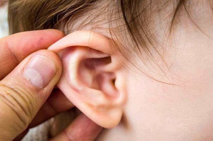 Viêm tai giữa là một trong những biến chứng của bệnh viêm họng mạn tính