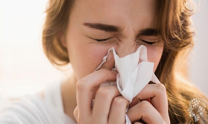 Sổ mũi, ngạt mũi là dấu hiệu bắt đầu của viêm xoang cấp tính