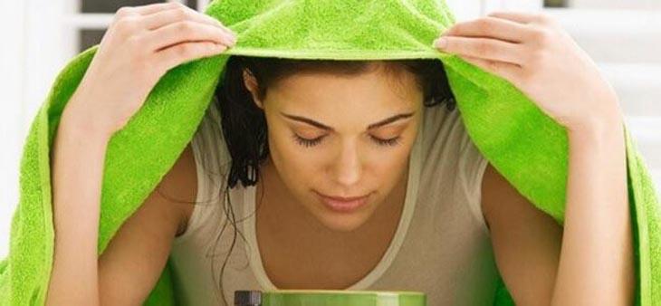 Dùng nước trà xanh xông mặt giúp da đào thải độc tố từ corticoid