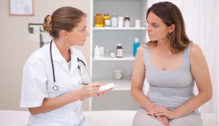 Bác sĩ sẽ quan sát và trực tiếp hỏi triệu chứng để chẩn đoán sơ bộ nguyên nhân gây huyết trắng màu nâu