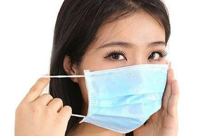 Ngoài chữa viêm mũi dị ứng bắng lá lốt, bạn nên đeo khẩu trang mỗi khi ra đường