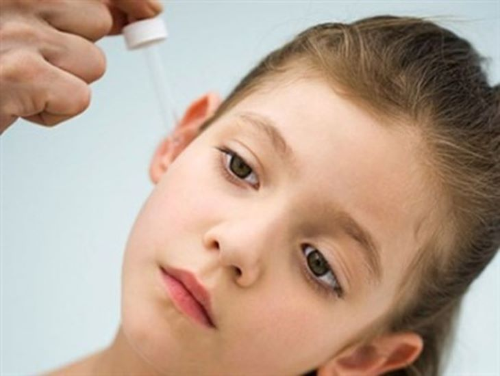 Nghiêng đầu sang một bên rồi nhỏ trực tiếp Axit axetic vào tai.
