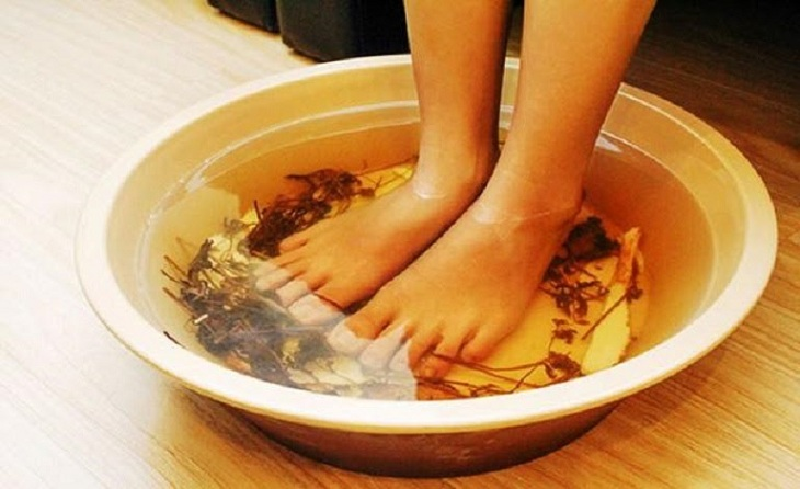 Ngâm vùng da bị chàm hóa với nước từ thảo dược