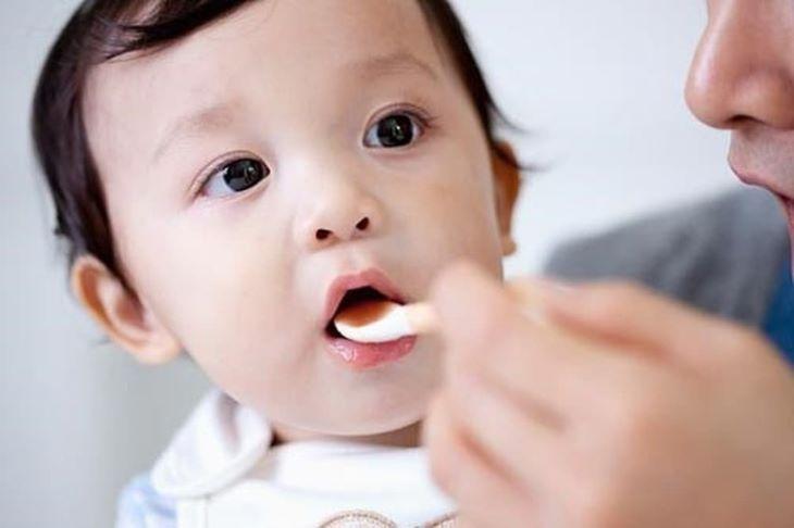 Dùng thìa chia nhỏ lượng thuốc cần uống khi cho trẻ dùng dạng siro