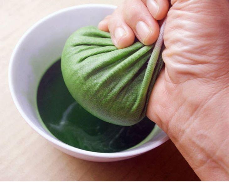 Nước cốt từ Kim tiền thảo giã nát sẽ giúp các giảm ngứa và làm lành các vết ghẻ