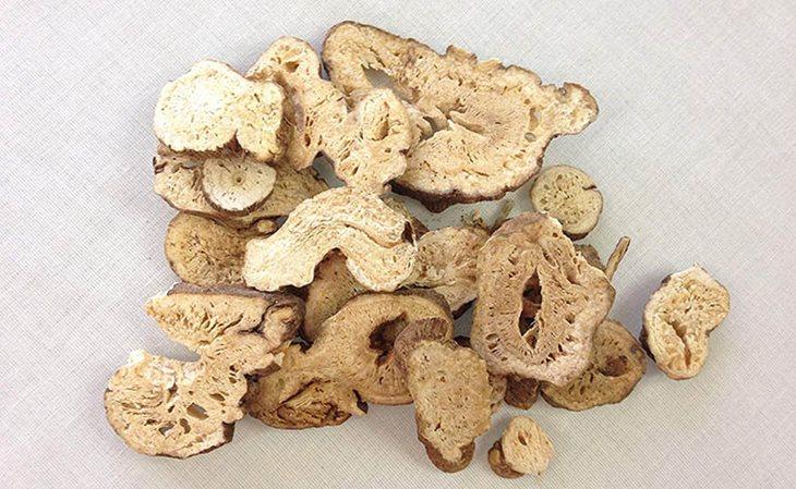 Sau khi thu hoạch, dược liệu được thái nhỏ và phơi hoặc sấy khô