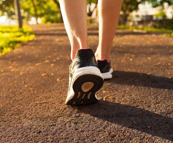 Đi bộ là bài tập điều trị rối loạn cương dương nam giới không nên bỏ qua