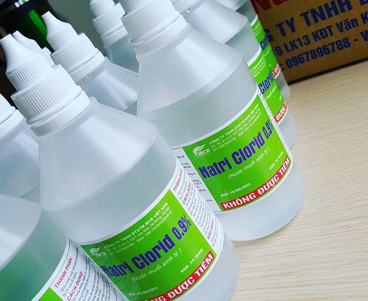 Bạn có thể dùng chai nước muối sinh lý tại hiệu thuốc hoặc tự pha nước muối có nồng độ 0,9%
