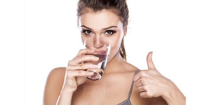 Uống nhiều nước giúp cho da được cung cấp đủ độ ẩm cần thiết, hỗ trợ tốt quá trình sử dụng thuốc trị viêm da cơ địa