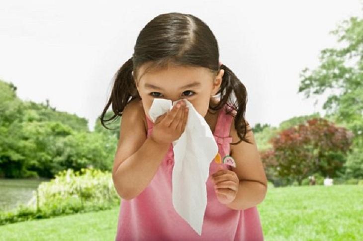 Bé bị viêm mũi dị ứng kéo dài do bệnh trở nặng hoặc thường xuyên tiếp xúc với các dị nguyên gây bệnh