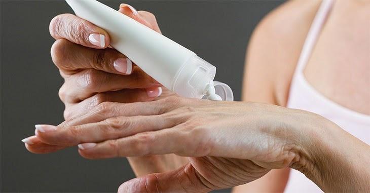 Thoa kem dưỡng thường xuyên giúp làm dịu, giảm viêm đỏ và ngứa ngáy