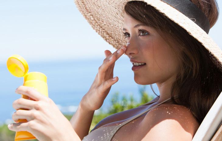 Nên sử dụng kem chống nắng phù hợp với da mỗi khi ra ngoài