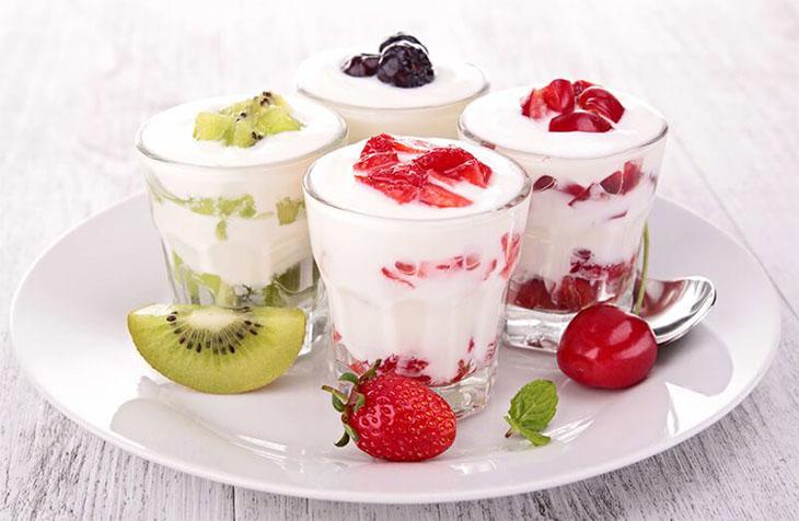 Sữa chua hoa quả - lựa chọn tốt cho tiêu hóa trong các món ăn cho trẻ bị viêm amidan