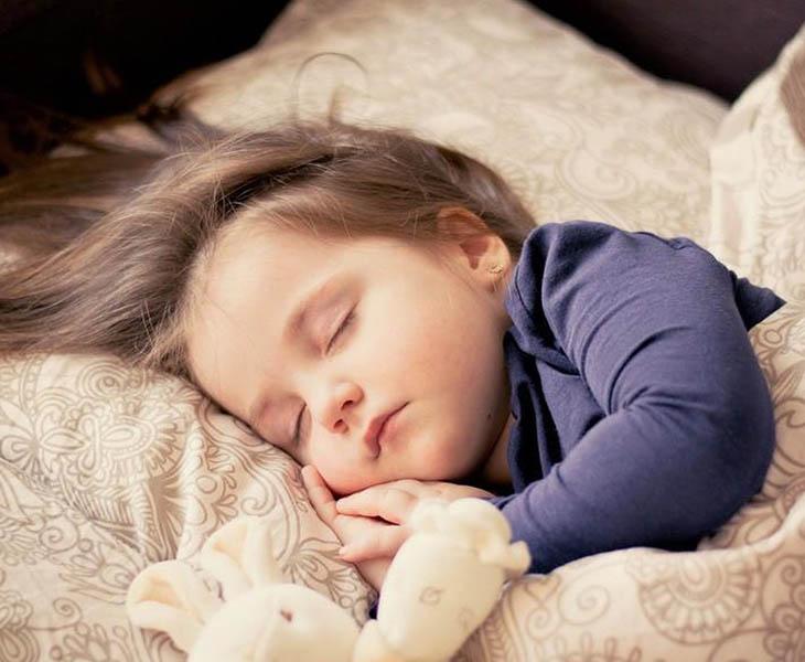 Cách chăm sóc trẻ bị viêm amidan nên khuyến khích trẻ nghỉ ngơi nhiều hơn