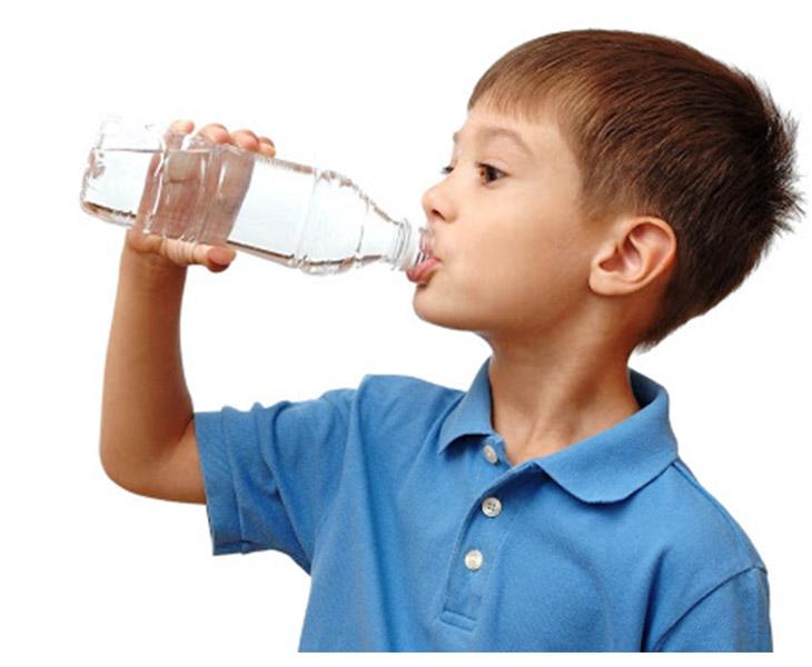 Cho trẻ uống nhiều nước cũng là cách chăm sóc trẻ bị viêm amidan