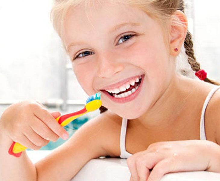 Hướng dẫn trẻ vệ sinh răng miệng để phòng bệnh viêm amidan