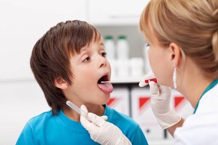 Nên cho trẻ thăm khám kỹ càng trước khi điều trị bằng thuốc Tây y