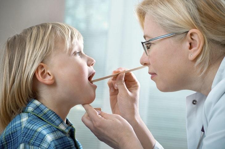 Sớm cho trẻ thăm khám để tìm ra nguyên nhân và hướng điều trị