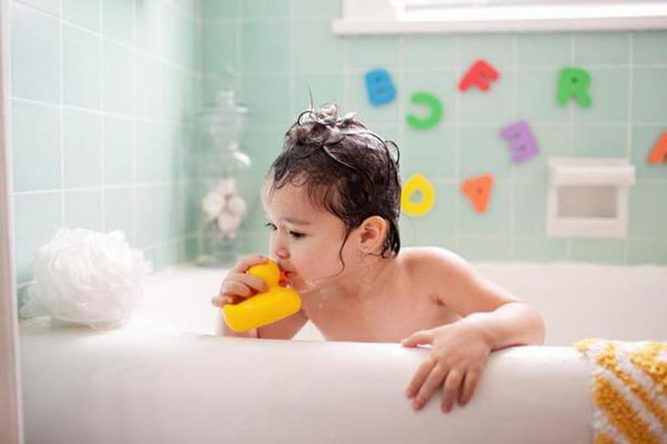 Tắm nước ấm giúp trẻ bị viêm amidan hạ sốt nhanh chóng