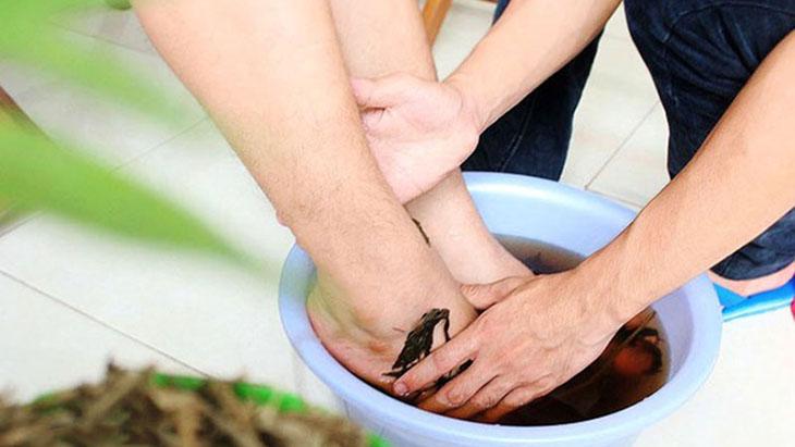 Các bài thuốc ngâm rửa bên ngoài có thể kết hợp với thuốc uống để hỗ trợ điều trị vảy nến tại nhà