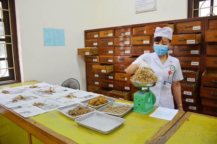 Đi khám để bác sĩ chuyên khoa gia giảm vị thảo dược phù hợp nhất với cơ địa người bệnh