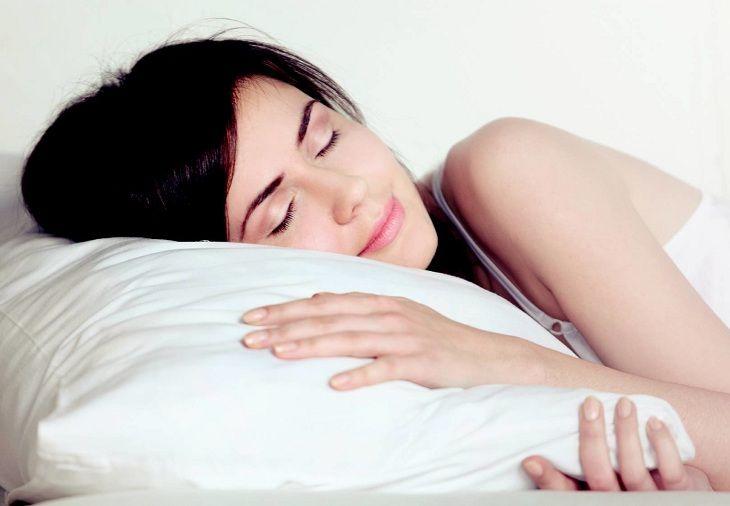Chữa viêm xoang nghẹt mũi bằng cách kê cao gối khi ngủ