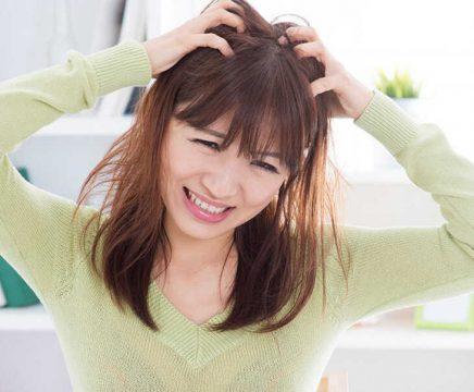 Ngứa da đầu, vảy trắng xuất hiện khiến người bệnh luôn mất tự tin khi giao tiếp