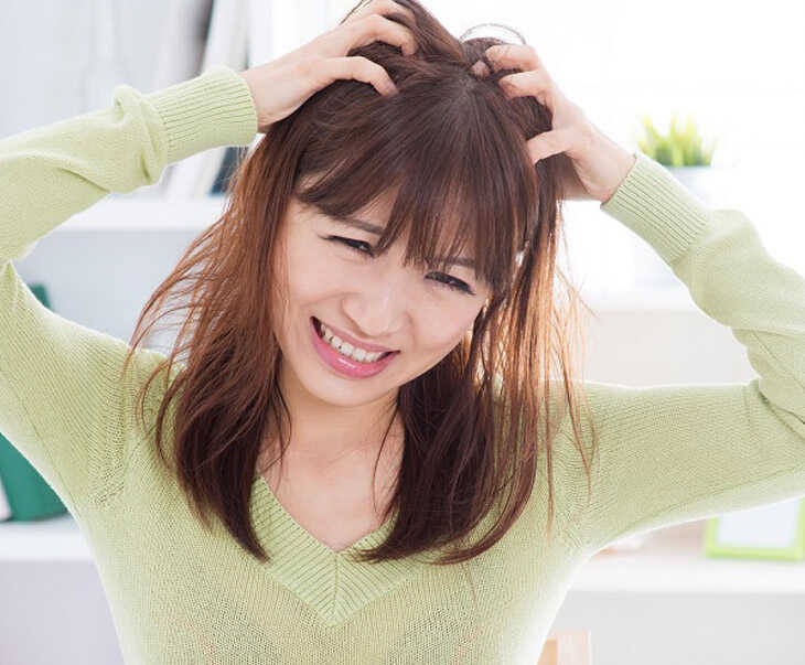Da đầu ngứa có vảy trắng xuất hiện khiến người bệnh luôn mất tự tin khi giao tiếp