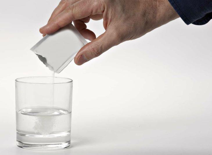 Đối với dạng bột người bệnh cần hòa tan thuốc với nước ấm rồi dùng
