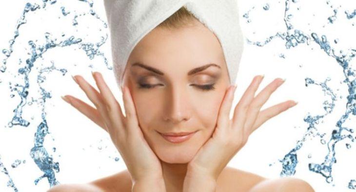 Vệ sinh da đúng cách sẽ giảm thiểu tình trạng da mặt bị ngứa và nổi mụn