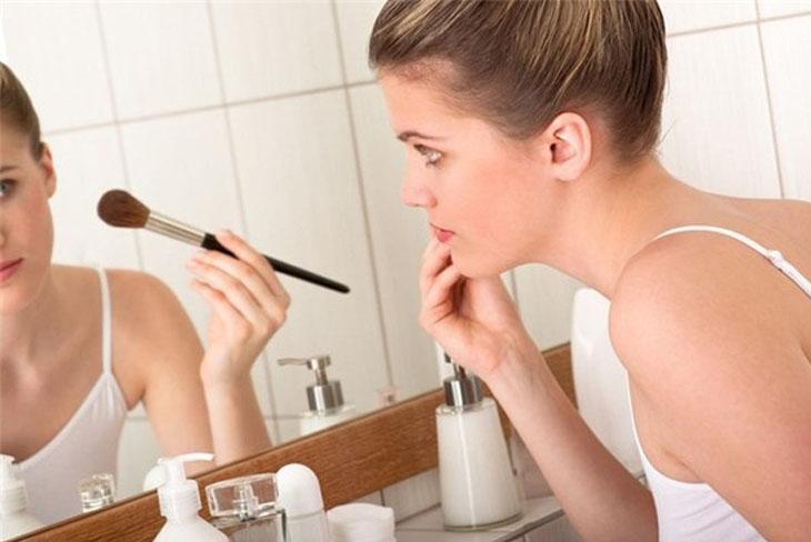 Dị ứng mỹ phẩm khiến da mặt bị ngứa và sần sùi