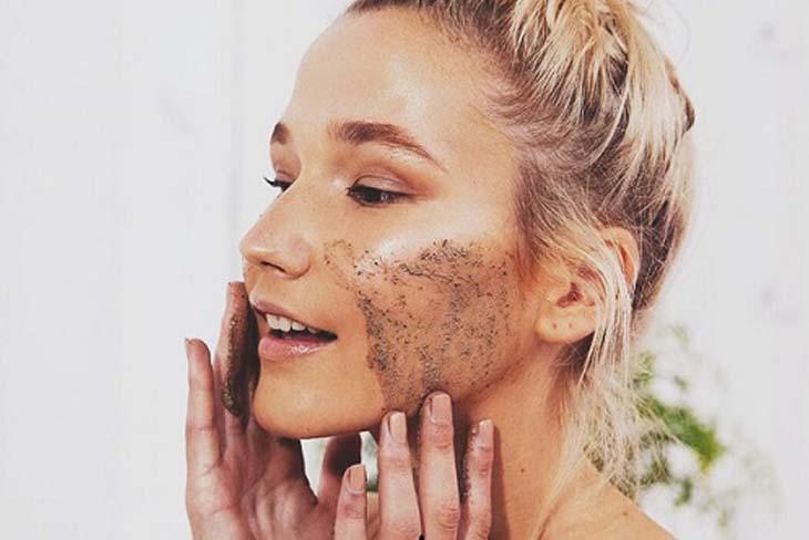 Tẩy tế bào chết thường xuyên giúp hạn chế da mặt bị ngứa và sần sùi