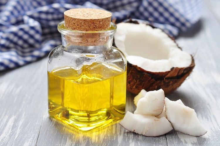 Dầu dừa giúp cung cấp độ ẩm cho da khi bé mắc chàm cơ địa