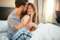 Những cử chỉ thân mật quá mức là dấu hiệu chàng yêu bạn chì vì chuyện ấy