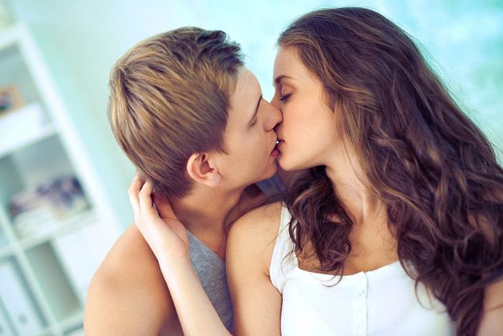 Một nụ hôn nồng cháy chính là dấu hiệu chàng muốn quan hệ