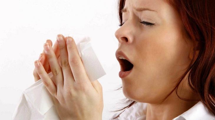 Người bệnh thường xuyên hắt hơi, chảy nước mũi liên tục gây ảnh hưởng nghiêm trọng tới sinh hoạt