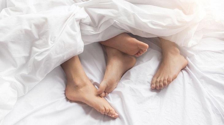 Huyết trắng có mùi hôi tanh do quan hệ tình dục không an toàn
