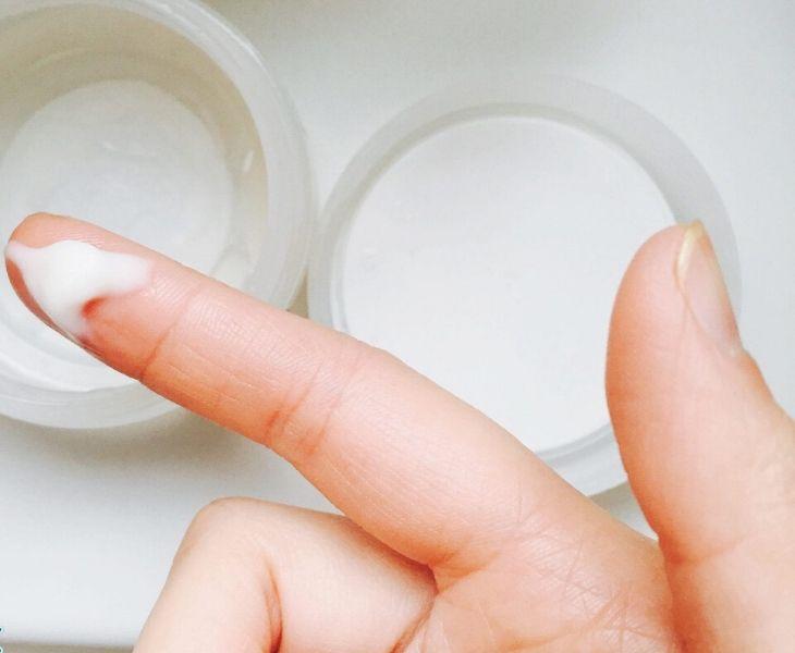 Biểu hiện của bệnh lý huyết trắng sau sinh là sự thay đổi về màu sắc và có mùi hôi khó chịu