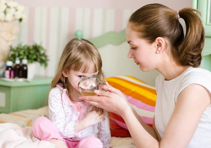 Bố mẹ cho trẻ uống thuốc bằng nước lọc