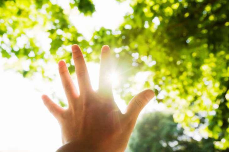 Mặt trời là nguyên nhân khiến da tay bị tổn thương