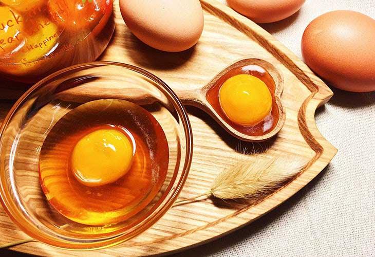 Trị mụn ẩn bằng trứng gà, mật ong và bột nghệ cho hiệu quả điều trị cao